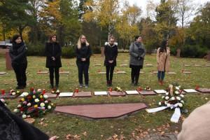 Die sechs jungen Frauen stehen symbolisch für die in der KZ Außenstelle Getöteten. Sie sind in dem Alter, in dem diese damals auch waren.