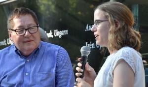 Bill Lowy, Sohn der Überlebenden Szidi Rosenberg, im Gespräch mit Karen Lockeyer, Teilnehmerin des dreiwöchigen internationalen Camps 2009.