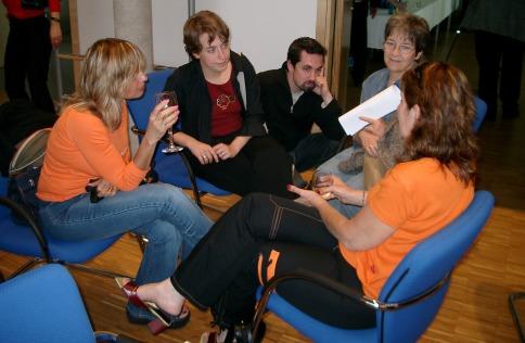 Orna (links außen) und Mira (rechts außen), Töchter einer Überlebenden der KZ-Außenstelle Walldorf, im Gespräch mit Julia, Dirk und Irmtraut Achenbach (von links nach rechts).