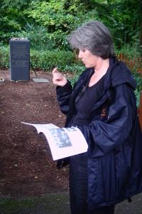 Führungen werden zumeist durch Cornelia Rühlig, Stadthistorikerin und Vorstandsvorsitzende, durchgeführt. Auf diesem Foto trägt sie ein Zitat einer KZ-Überlebenden am Gedenkstein vor, der am Anfang des Historischen Lehrpfads steht.