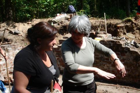"""Cornelia Rühlig im intensiven Gespräch mit einer Teilnehmerin eines """"work-and-study-Camps"""" aus Georgien."""