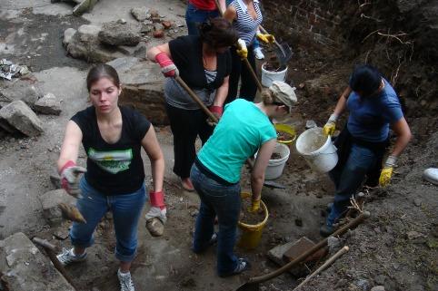 Ausgrabungsarbeiten im Keller unter der Küchenbaracke der KZ-Außenstelle. Er wurde großteils von vielen jungen Menschen freigelegt.