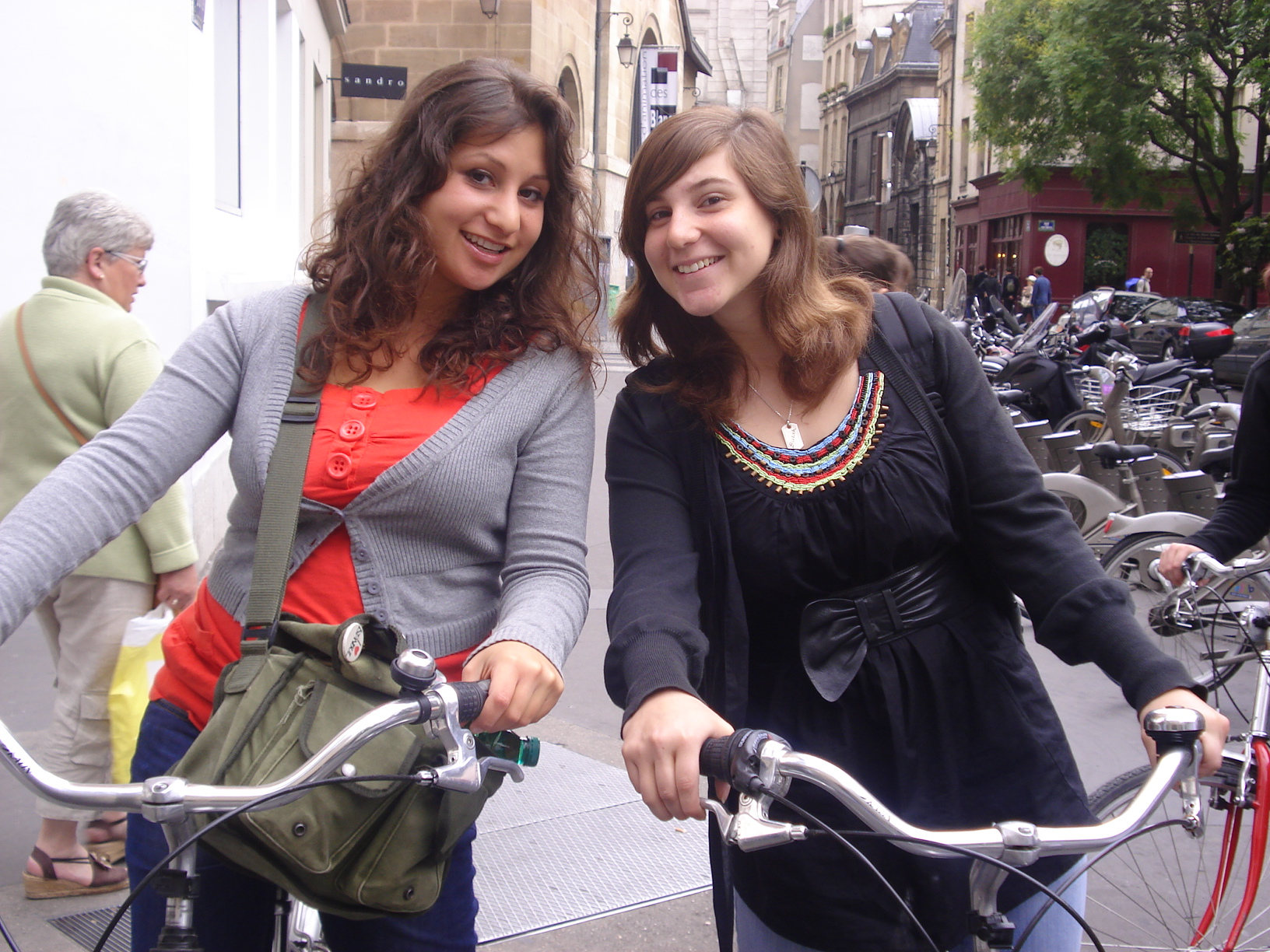 Bei Studienfahrten nutzen wir häufig das Fahrrad als Fortbewegungsmittel in den Großstädten. Es vermittelt den jungen Menschen einen ganz anderen Eindruck von ihrer Umgebung und ermöglicht mehr Flexibilität zur Selbstaneignung von Stadt und Thema der Studienfahrt. Auf unserem Foto sind Elif und Selin in Paris zu sehen.