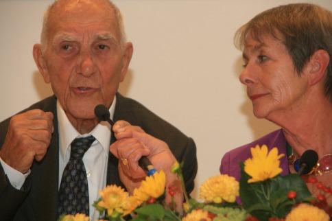Stéphane Hessel während einer Modiumsdiskussion der Margit-Horváth-Stiftung im Gespräch mit Ulrike Holler.