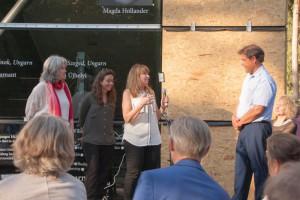 Mira Segev, Tochter der Überlebenden Goldi Mermelstein, im Gespräch mit dem Walldorfer Martin Kessel, mehrfach Teilnehmer von Bürgerausgrabungen im Keller der KZ Außenstelle.