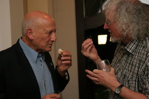 Dan Bar-On, israelischer Psychologe, im Gespräch mit Herbert Kramm-Abendroth im Anschluss an eine Diskussionsveranstaltung.