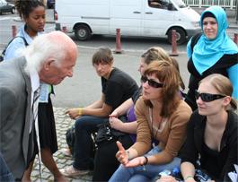 Jules Fainzang im Gespräch mit Gruppe