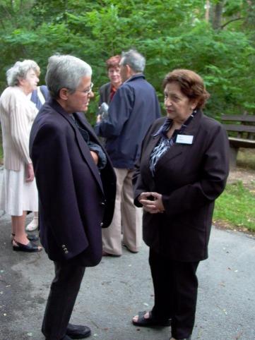 Vera Dotan berichtet Helga Glanz von der KZ-Außenstelle Walldorf.