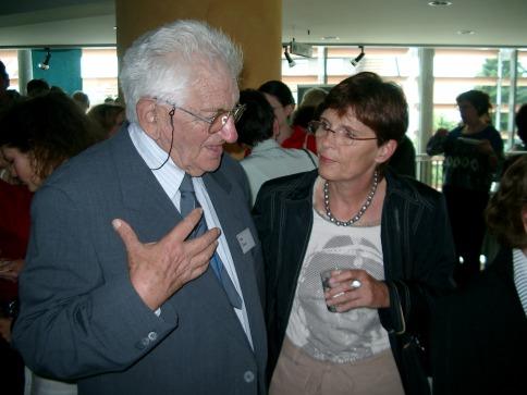 Im intensiven Gespräch: Miki Dotan, Ehemann einer Überlebenden der KZ-Außenstelle Walldorf, und Margrit Geffert-Holl.