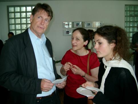 """Malte Rauch, Regisseur des Films """"Die Rollbahn"""" im Gespräch mit Aleth und Catherine Pourquery im Anschluss an die Stiftungsgründung."""