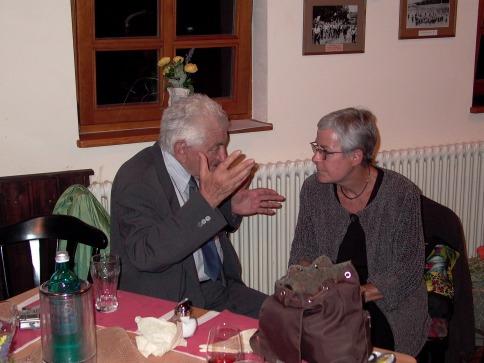 Seit vielen Jahren engagiert sich Helga Glanz unermüdlich für die Stiftungsarbeit. Hier ist sie im Gespräch mit Miki Dotan.