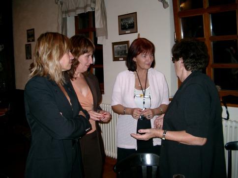 Klara Strompf (Mitte) arbeitet seit Jahren mit, vermittelte unter Anderem den Kontakt zu Margit Horváth. Hier unterhält sie sich mit Goldi Mermelstein (rechts), einer Überlebenden der KZ-Außenstelle Walldorf, und ihren Töchtern Orna und Mira (von links).