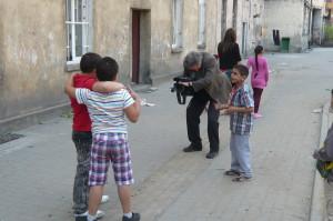"""Neben dem Film """"Die Rollbahn"""" entsteht aktuell ein weiterer Film. Darin beschäftigen wir uns mit der Lebenssituation der Sinti und Roma. Auf diesem Foto ist der Filmemacher Otto Schweitzer mit einigen Jungs in einer Roma-Siedlung zu sehen."""