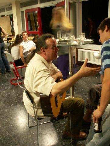 Die work-and-study Camps bleitet Jochen Jourdan stets musikalisch und mit viel Sympathie für die jungen Teilnehmerinnen und Teilnehmer.