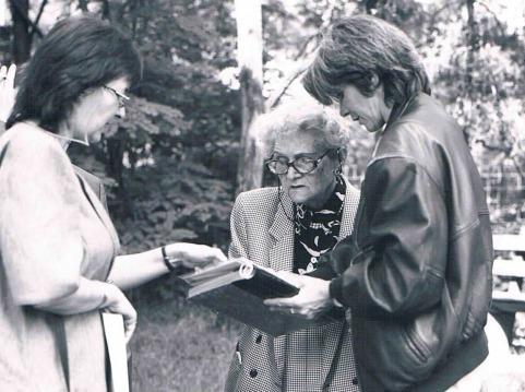 Klara Strompf (li.), Margit Horváth und Cornelia Rühlig am Gelände der KZ-Außenstelle Walldorf.