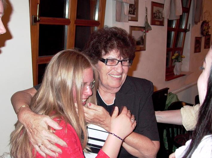 Auch Tals Großmutter, Goldi Mermelstein, besuchte bereits Walldorf und pflegt engen Kontakt zu Teilnehmerinnen und Teilnehmern. Auf diesem Foto ist sie gemeinsam mit einer Schülerin aus Mörfelden-Walldorf, die an den Ausgrabungen der KZ-Außenstelle teilnahm, im Anschluss an die Stiftungsgründung zu sehen.