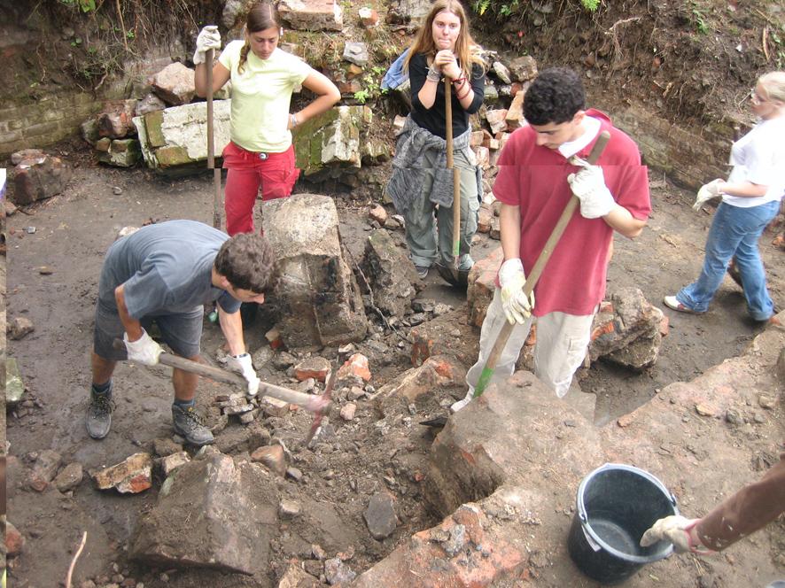 """Ausgrabungen des """"Küchenkellers"""" unter einer Baracke der KZ-Außenstelle Walldorf im Rahmen des work-and-study-camps 2005"""