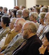 Blick ins Publikum während der Veranstaltung, im Vordergrung Pfarrer U. Dusse a.D.