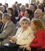 Magda Temesi (Mitte), Überlebende der KZ Außenstelle Walldorf, im Gespräch mit der Tochter einer ehemals in Walldorf Inhaftierten. Links im Bild ist Endre Görög, auch seine Frau war 1944 in Walldorf inhaftiert.