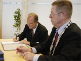 Gábor Goldman (l.) und Bernhard Brehl (r.) während der Unterzeichnung.