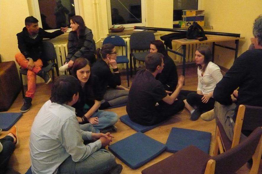 Am Ende eines langen Tages diskutieren Teilnehmer einer Studienfahrt nach Wroclaw das Erlebte