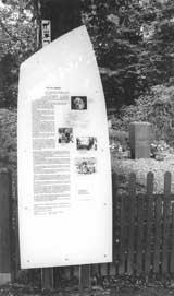 Eine Tafel des Historischen Lehrpfads, der rund um das ehemalige Gelände des KZ-Außenlagers verläuft.