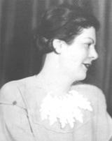 """Die von Margit erwähnte """"Tante Jolan"""" (1932/33). """"Sie hat immer viel Wert gelegt auf ihr Äußeres ... Zehn Jahre später wurde sie hier abtransportiert - wie ein Stück Vieh."""""""