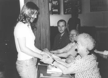 Ibolya bedankt sich nach dem Gespräch bei einer Schülerin der 12. Klasse. Aufgenommen in der westungarischen Stadt Pápa, 1997.