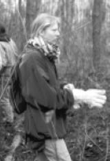 Schülerinnen und Schüler der 12. und 13. Klassen beim Entfernen des Unterholzes und der Brombeerhecken in dem ehemaligen Lagergelände. Februar 1998.