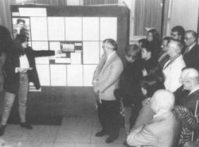 """Eröffnung einer Ausstellung über die Geschichte der KZ-Außenstelle Walldorf im Rahmen des städtischen Kulturprogramms """"Begegnungen mit Ungarn"""" Rathaus Walldorf, November 1996."""