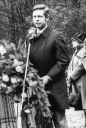 Bürgermeister Bernhard Brehl bei der offiziellen Einweihung des Gedenksteines, März 1980.