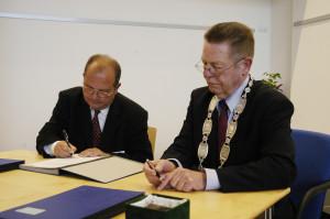 Während der Unterzeichnung der Satzung der Margit-Horváth-Stiftung Gábor Goldman (l.) und Bürgermeister Brehl.
