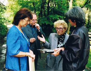 Margit Horváth und ihr Sohn im Gespräch mit Klara Strompf und Cornelia Rühlig - im Gelände der KZ Außenstelle Walldorf.